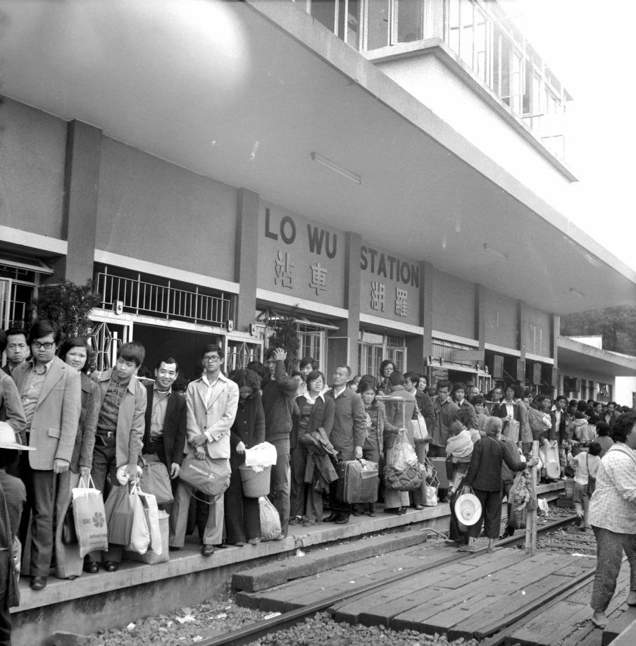 1960年代的羅湖火車站,穿著光鮮的旅客在月台候車,部分人以擔挑攜帶物資回鄉。(圖片來源:Getty)