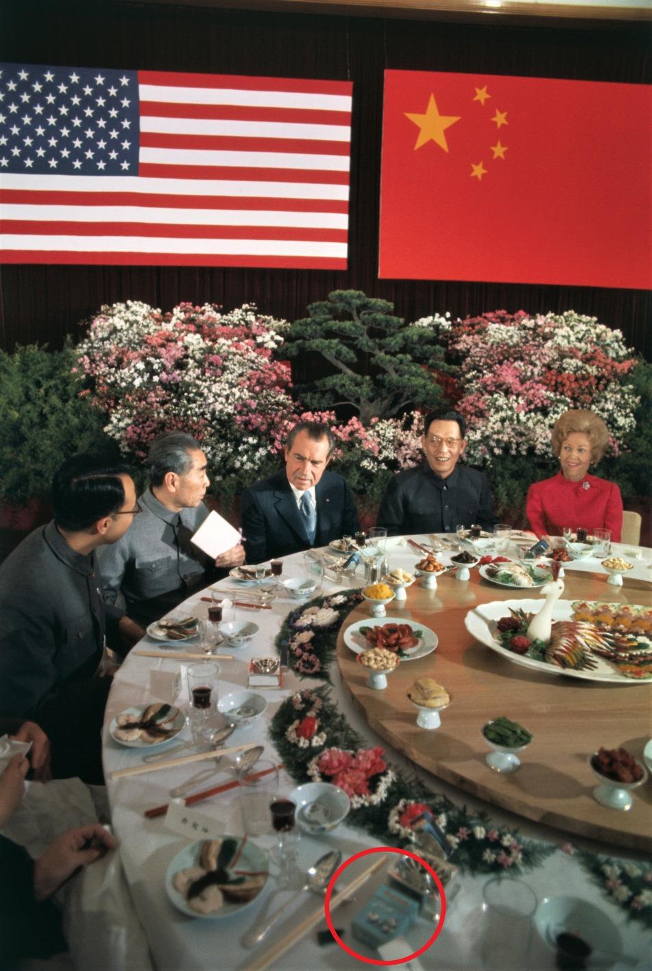 周恩來在尼克遜離開中國前,以餐桌上的熊貓香煙向尼克遜夫婦表示,將贈送兩頭國寶熊貓予美國。圖片所見,在他們的飯局上確有熊貓香煙的出現。(圖片來源:Getty)