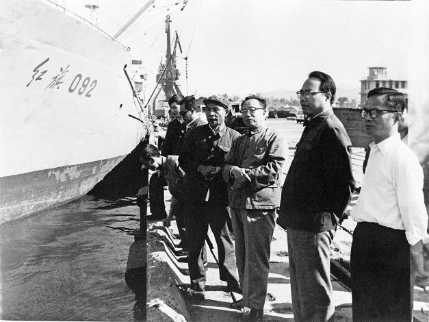 1983年,中國剛改革開放不久,國務院副總理谷牧(右三)已到海南三亞考察。(網上圖片)