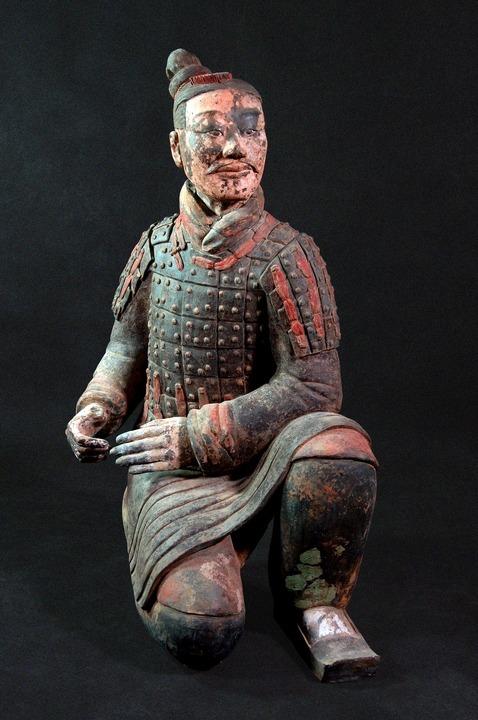 經修復後的彩繪跪射俑,栩栩如生、形神俱備。(網上圖片)