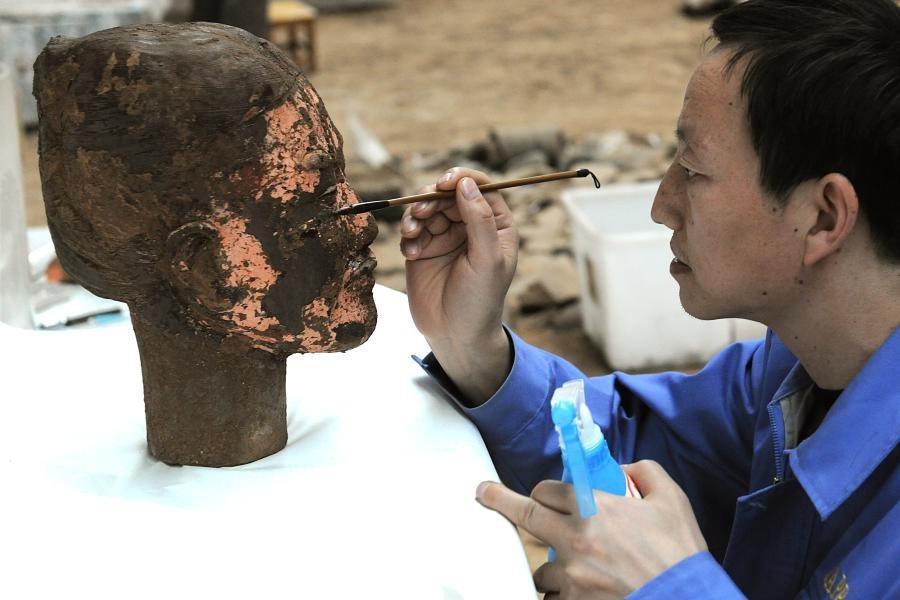 在發掘過程中,考古團隊隨時會進行保護工作,過程小心翼翼,力求百分百保存出土兵馬俑的周全。(圖片來源:秦始皇帝陵博物院)