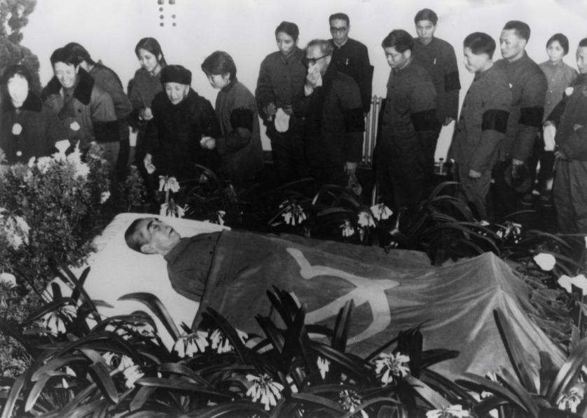 周恩來1976年1月逝世。1月15日,中國官方安排的周恩來追悼大會,北京市民自發「十里長街送總理」,人數高達100萬。