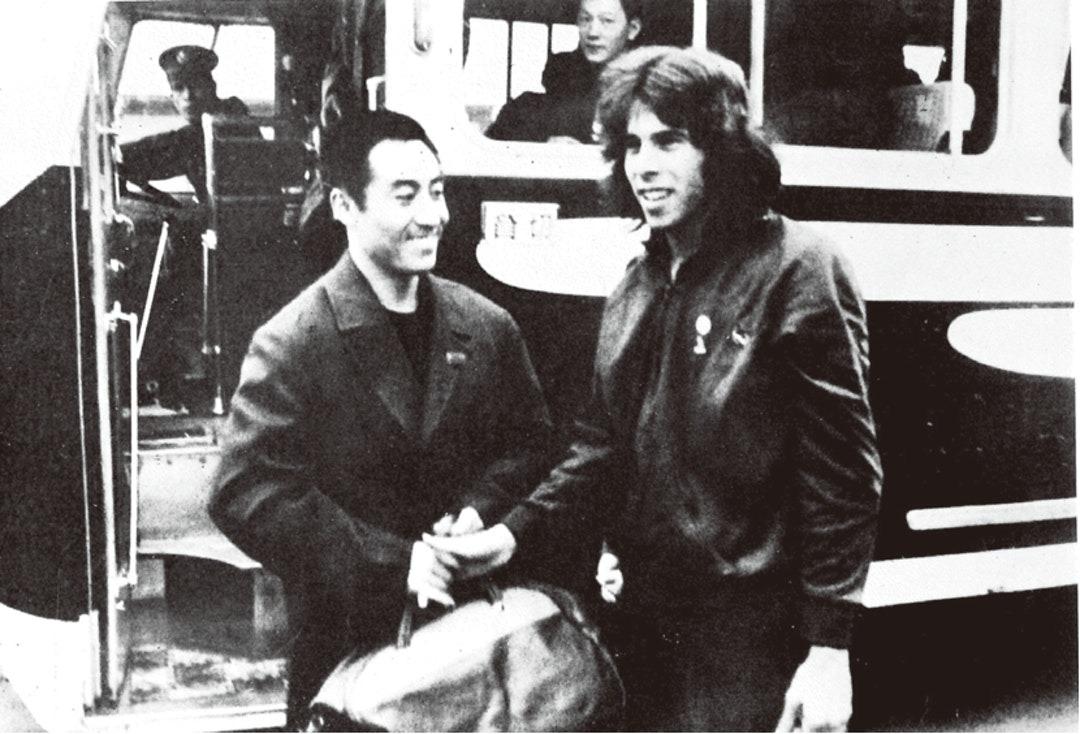 1971年中國乒乓球隊訪日參賽,一直備受媒體關注。當日記者見中國隊的旅遊巴停泊,紛紛靠上來拍照,沒想到由中國隊巴先跳下來的,居然是個美國人。這幀照片捕捉了這一幕。(網上圖片)