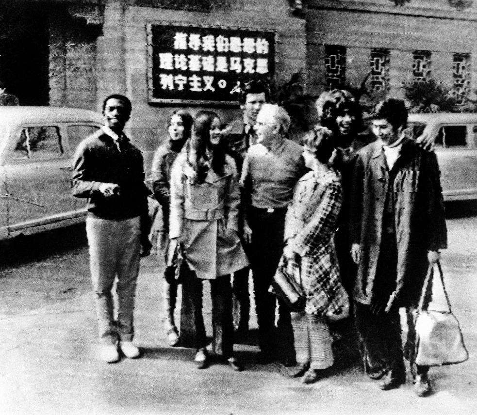 當時中國尚未改革開放,外國人對這個封閉國家所知甚少,對一切感到新鮮。圖為美國運動員在中國下塌的酒店前合照。(圖片來源:AP)