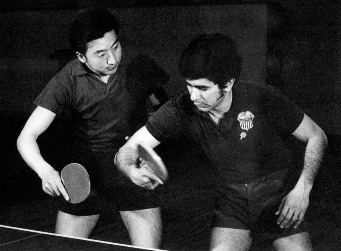 這是1949年後首次有美國運動員來中國,一場「乒乓外交」改寫中美關係。圖為美國隊訪華一星期間,與中國球員練習的情況。(圖片來源:Getty)