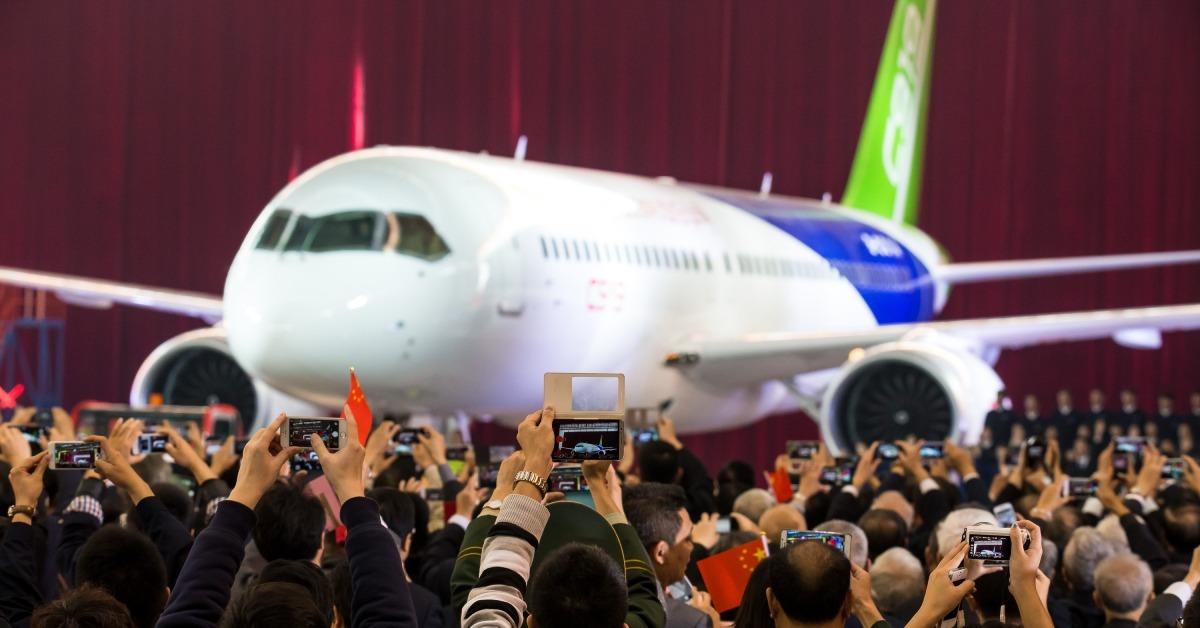 C919的全名是COMAC C919,C是中國英文名稱China的首字母,第一個「9」寓意天長地久,「19」則代表客機最大載客量為190座。這架飛機標誌改革開放新里程。