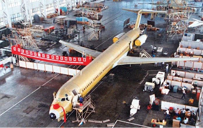 1987年5月,首架中美合作製造的MD-82麥道飛機,在改革開放下完成組裝,等候噴油。(網上圖片)