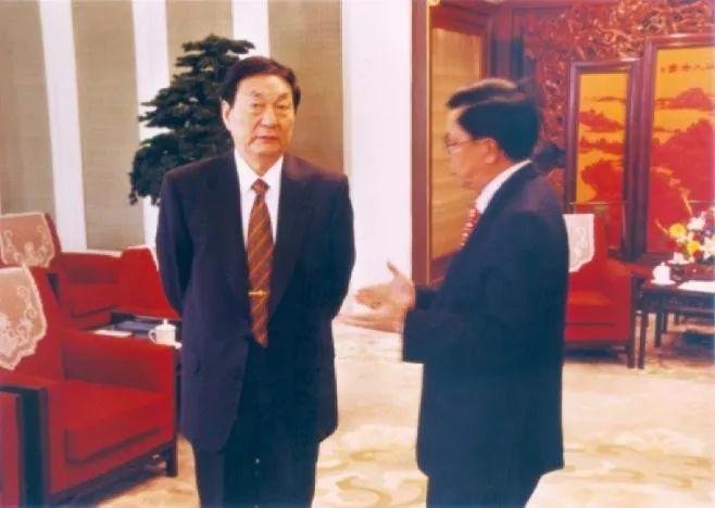 朱鎔基總理訪美前,中國入世談判首席代表龍永圖率領工作級代表團先行訪美,事前向朱鎔基請示。(網上圖片)