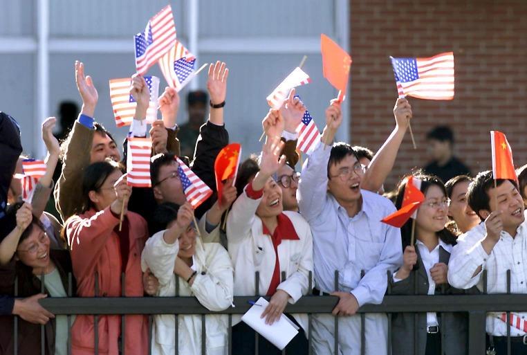 1999年4月6日至14日,朱鎔基應美國總統克林頓邀請訪美,是中國總理15年來首次訪美,見證中美關係新一頁。他在9日行程走訪了洛杉磯、丹佛、紐約、芝加哥及波士頓,妙語連珠的他更在美國刮一陣「朱旋風」。(圖片來源:Getty)