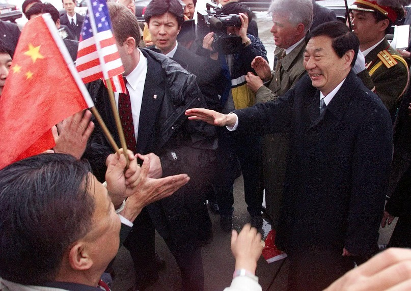 朱鎔基抵達美國後,記者問他何以在中美關係矛盾之際到訪,朱鎔基坦言並不想來,原因是美國駐華大使尚慕杰告訴他,回美國後需要到不同地方介紹中國和朱鎔基,他準備被打得鼻青臉腫。朱鎔基跟對方說:「你是美國人都可能被打得鼻青臉腫,我是中國人,我這個new face(新面孔)豈不變成一個blood face(頭破血流)。 」(圖片來源:Getty)