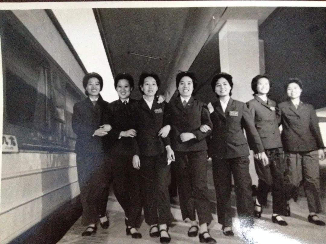 當年選拔直通車乘務員的標準嚴格,身高要有160厘米,擁有大專學歷,形象要好,她們開拓了國內服務業上班化妝的先河。(網上圖片)