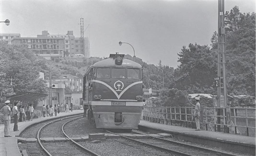 1979年4月,剛復開的九廣直通車由東風3型內機車牽引來港。圖為直通車途經大學站的情況。(圖片來源:《香港鐵路百年蛻變》)
