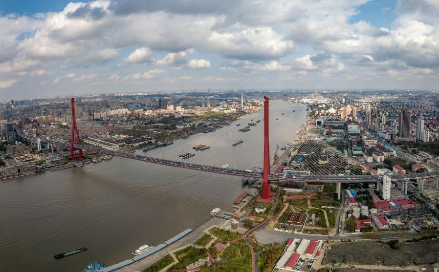 楊浦大橋於1991年5月動工,大橋採用雙塔雙索面疊合樑斜拉橋結構,主塔高200米,呈鑽形,全長8354米,跨越江面602米,這個主跨度於1993年建成時為世界同類型橋梁之最。(圖片來源:Shutterstock)