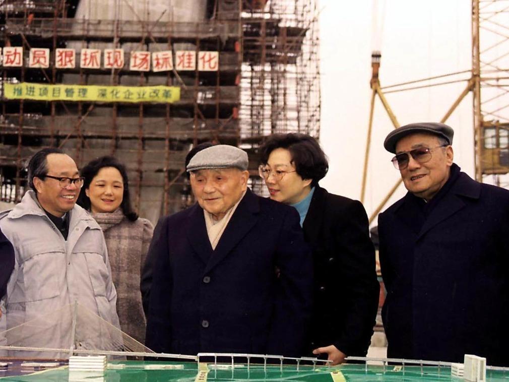 鄧小平到過南浦大橋不下一次,早於1992年2月,他已到過還是工地的楊浦大橋視察,觀看大橋設計模型。(網上圖片)