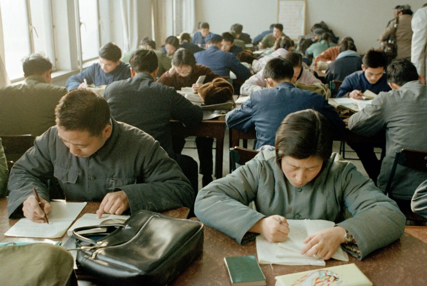 改革開放後,國家於1977年恢復高考,莘莘學子勤工儉學把握讀書機會。1977至1978兩年,全國逾千萬考生中,只有60多萬人獲取錄,那時考上大學,絕對是「天之驕子」。(圖片來源:AP)