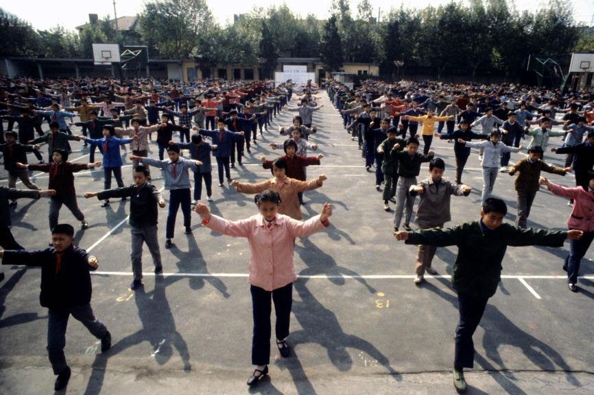 1980年改革開放後,上海一班高中生在操場做晨操。(圖片來源:Getty)