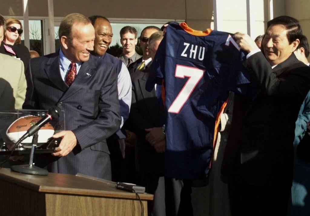 改革開放十多年後,朱鎔基於1999年4月訪美,在美國刮起了一陣「朱旋風」。沒想到看似樂觀的談判,卻為他迎來入世談判的「至暗時刻」。(圖片來源:AP)