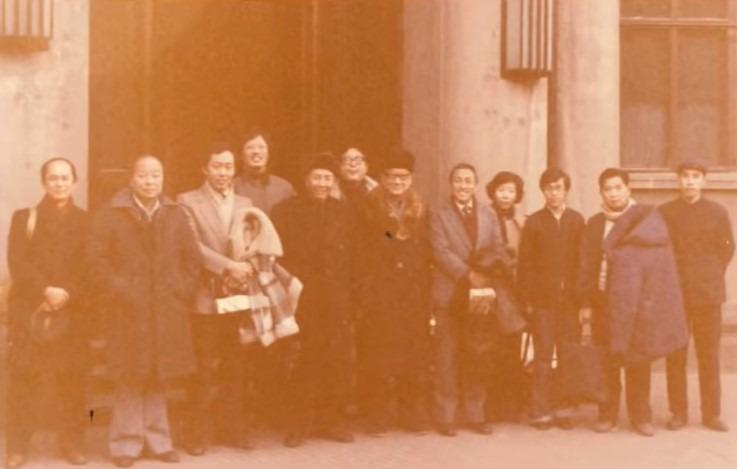 1978年底,新華社邀請伍淑清(右四)等約十名港商回內地考察,希望他們在改革開放政策下投資內地。(網上圖片)