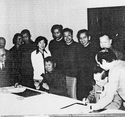 北京航空食品的合資簽字儀式於1980年4月才辦理。由中方代表為夏衍與伍沾德簽署,圖左五為伍淑清。 (網上圖片)
