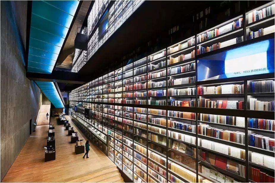 雅昌(深圳)藝術中心的藝術書牆全中國最大,有世界各地不同的藝術書籍,令人大開眼界。(資料來源Sohu.com)
