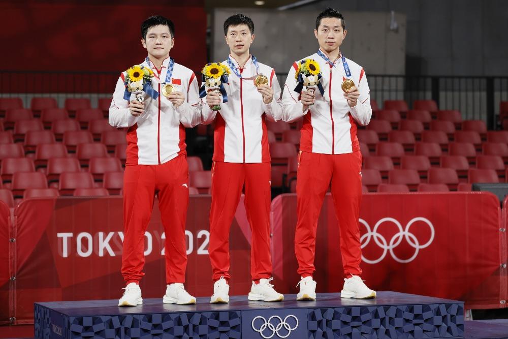 當代中國-體育運動-東京奧運中國男兵團體摘金