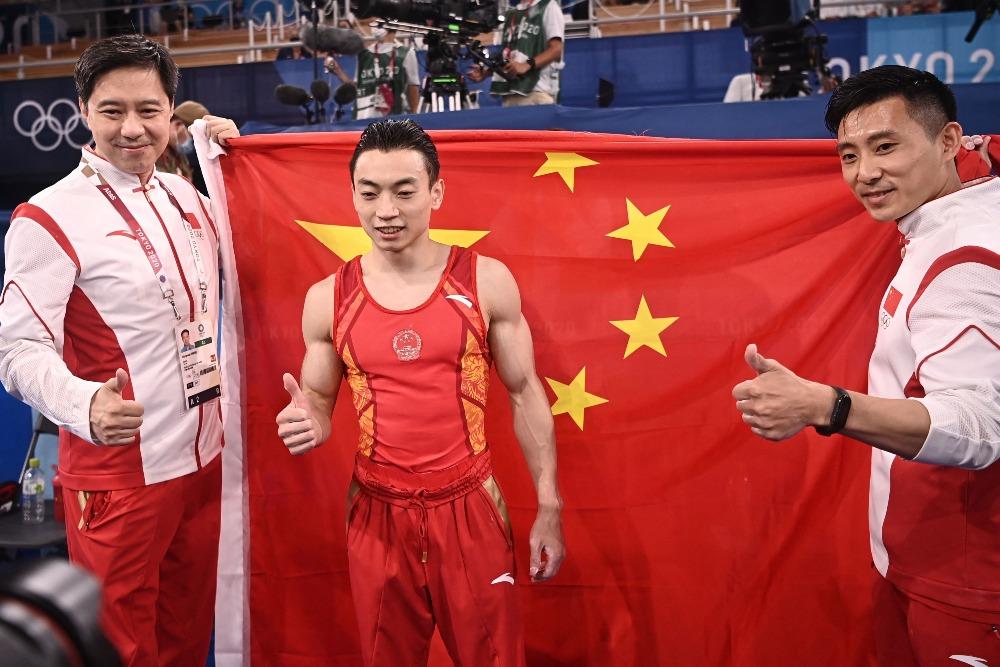 當代中國-體育運動-東京奧運鄒敬園男子雙杠奪金