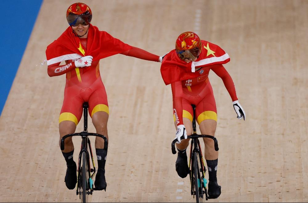 當代中國-體育運動-東京奧運鍾天使和鮑珊菊女子單車場地爭先賽奪金