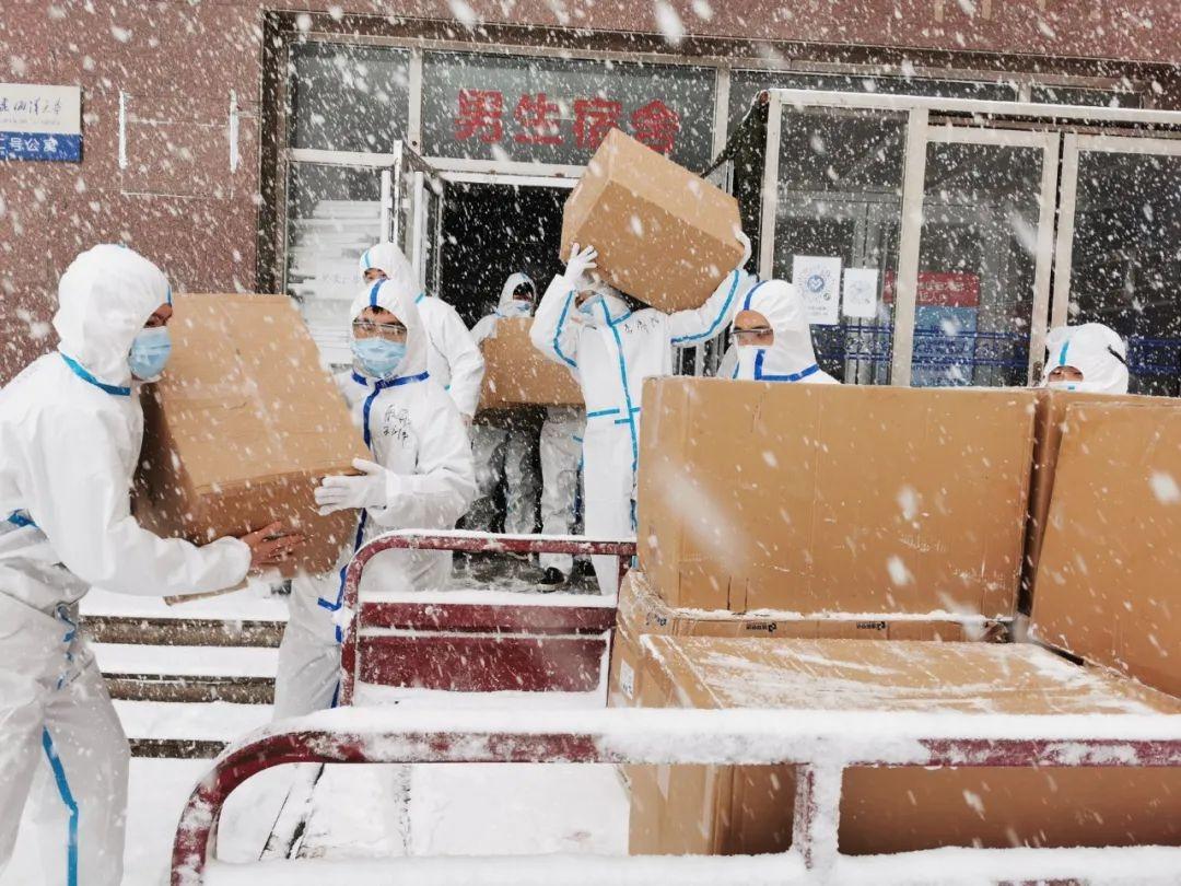 當代中國-中國新聞-紅遍中國新聞的正能量大連學生風雪中送暖抗疫