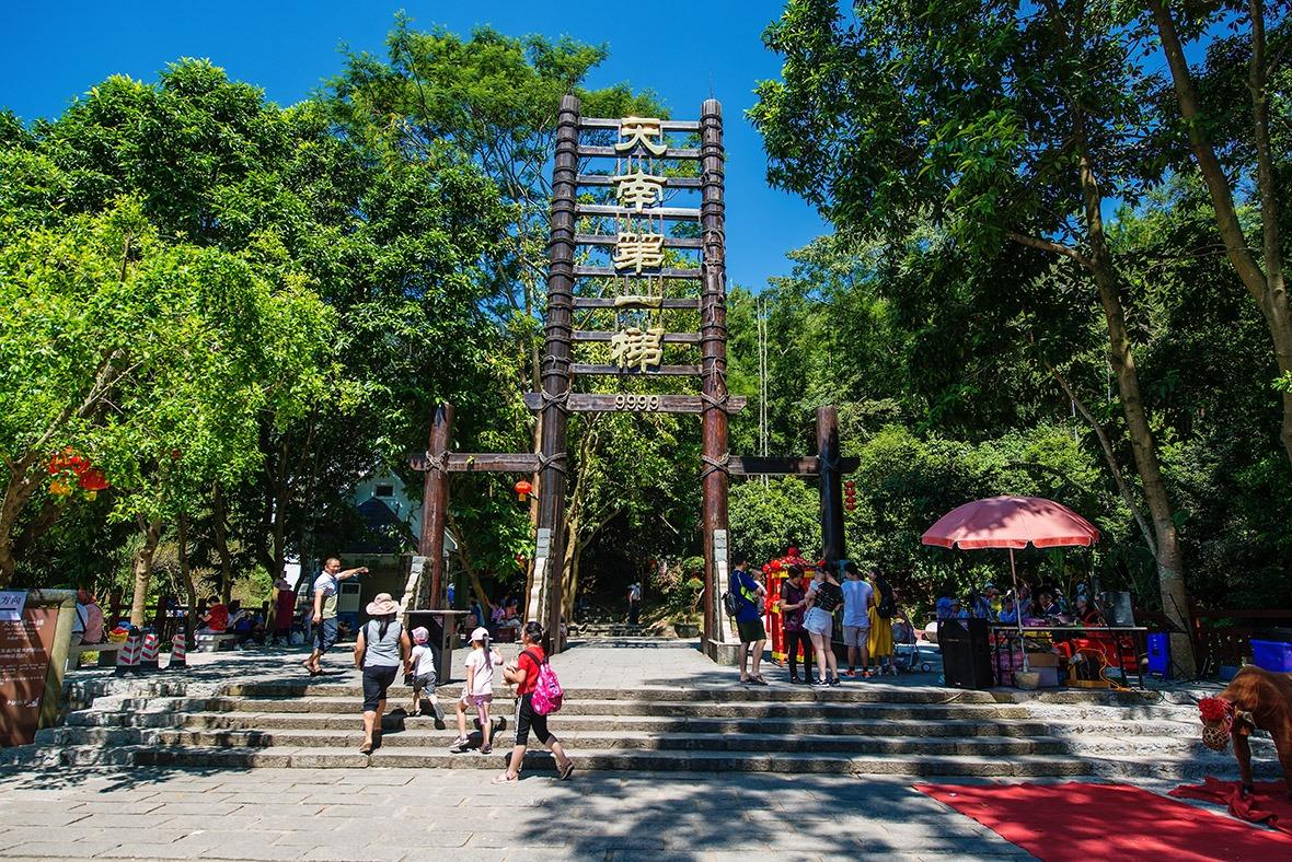 天南第一梯,跨越三座高山,連接兩大天池,全長6.6公里,共有9,999級石階。