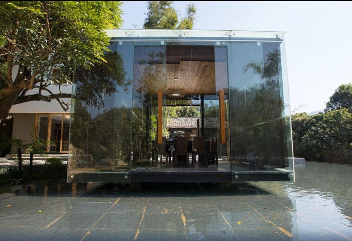 竹木籬笆呼應了周邊的樹林,令民宿更能融入大自然。 (圖片來源:Trip.com)
