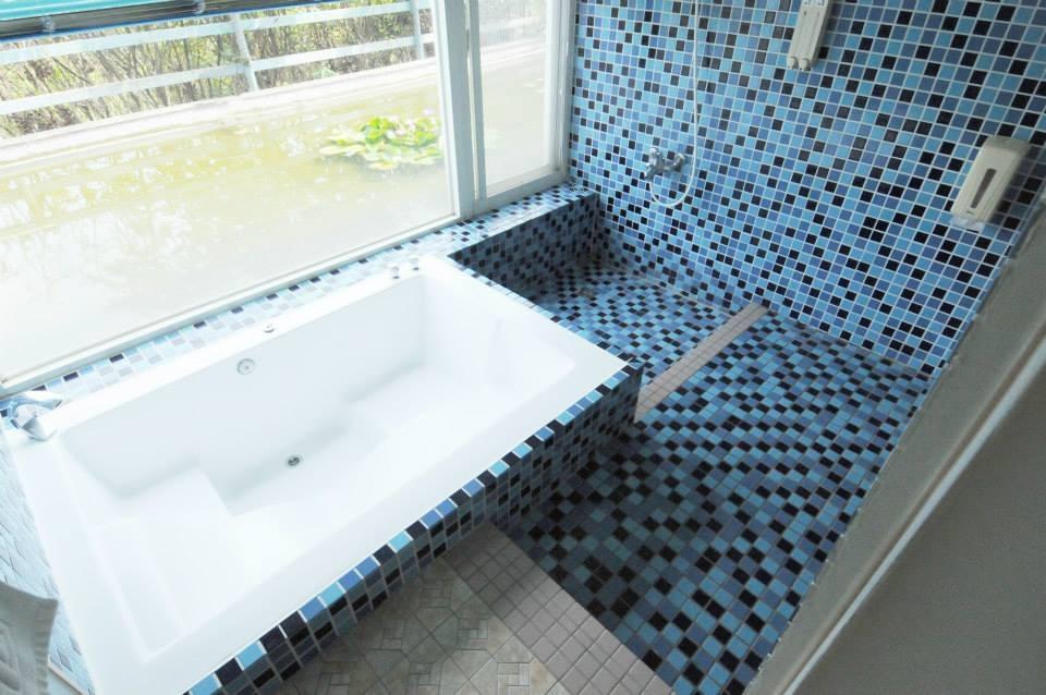 森之王子民宿的樓層為落地玻璃的設計,更延伸到地下樓層的浴室,無論早或晚上都有不同的景緻可以觀賞。(圖片來源:森之王子民宿Facebook)