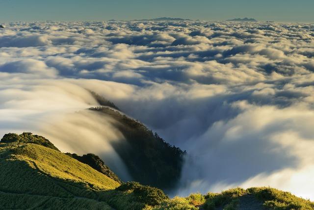 合歡山是台灣最容易登上的高山。除了豐富的動植物生態以外,也是台灣冬季最快落雪的地方。除了每年冬天12月延伸至下年春天3至4月都是有機會下雪的季節外,5至6月的高山杜鵑花季、盛夏6至9月的銀河星空觀賞季節、10至11月秋天雲海夕陽季節。(圖片來源:視覺中國)