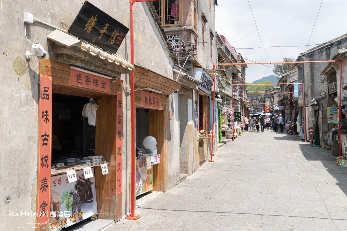 昔日的民房,而今已轉型為小商店,售賣各類小食及紀念品。(圖片來源:Runhotel.com)