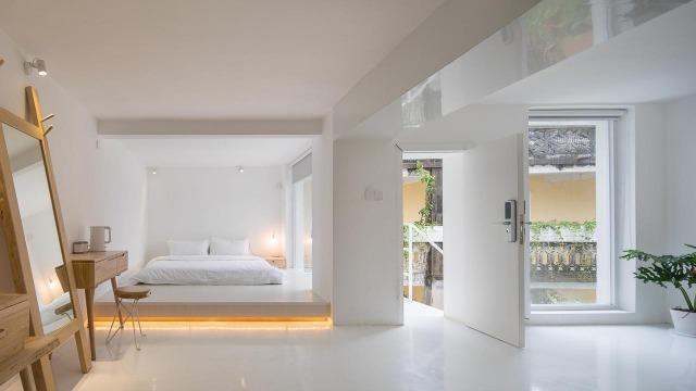 將現代簡約建築美學設計,房間內的落地窗設計透視村落景色。(圖片來源: Decomyplace.com)