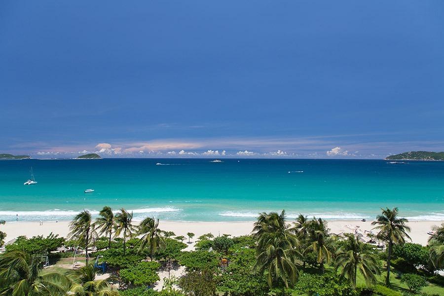 三亞灣擁有沿著椰夢長廊,可以在椰林樹影中欣賞壯闊的海灣