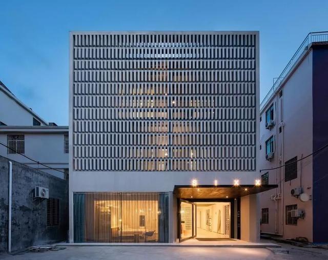 用上550塊水泥磚碓砌成現代工業風建築。圖片來源:Trip.com