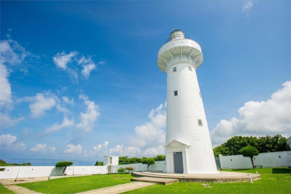 鵝鑾鼻燈塔興建於1881年,位於屏東縣鵝鑾鼻岬角,塔身為白色鐵造圓塔,是台灣本島最南的燈塔。近年更換上了新的電燈,令鵝鑾鼻燈塔成為台灣最遠的燈塔,並有「東亞之光」的美譽。