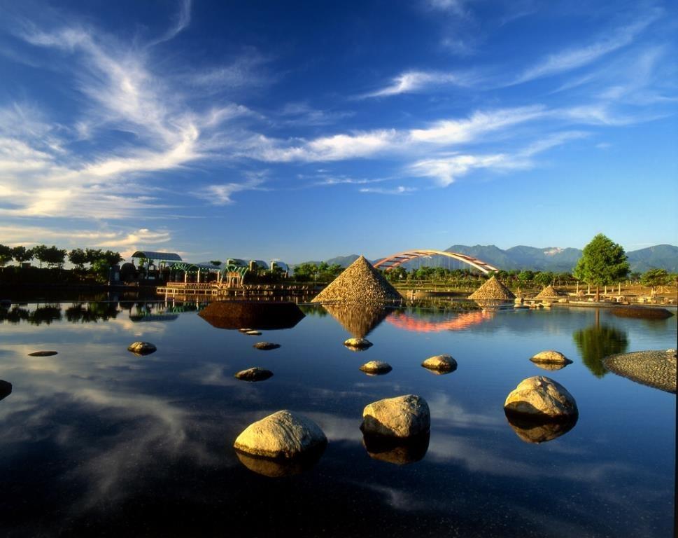 冬山河親水公園是宜蘭遊憩景點,而每年的端午龍舟賽、國際童玩節都在親水公園舉行。近幾年來,親水公園已成為台灣宜蘭人氣景點之一。