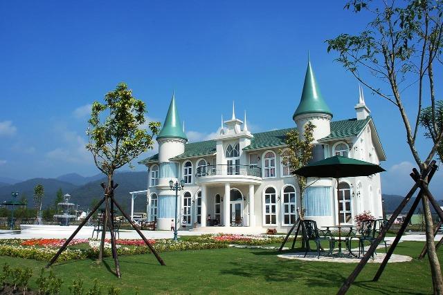 希格瑪花園城堡屋頂尖塔造型猶如童話故事中的夢幻城堡一樣。