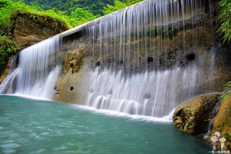 翡翠谷是經典天然大瀑布,尤其是夏季,因為花蓮人及遊客喜歡到這裏戲水。進入翡翠谷前,需穿越一條天然隧道,步程需時約20分鐘。