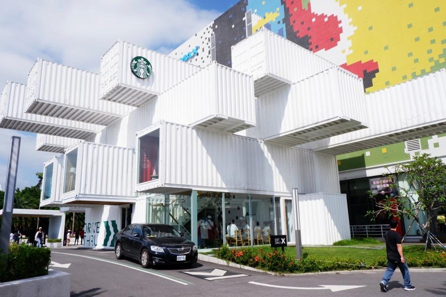 於2018年9月開幕,以簡約及新潮造型的白色貨櫃屋咖啡店。其實是花蓮的洄瀾門市,也是亞洲的第一間貨櫃屋星巴克。