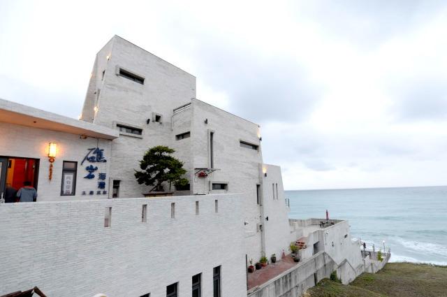 礁岩海灣民宿位於台11縣海岸公路起點附近,距離花蓮市區不遠。