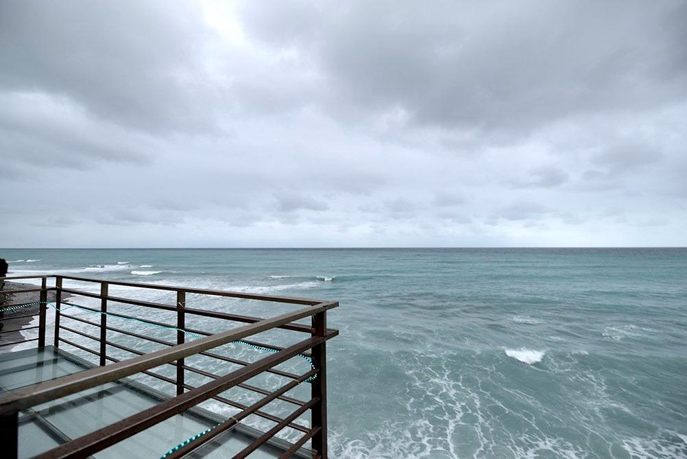 礁岩海灣民宿的客房都坐擁180度的無敵海景,設有獨立的玻璃大露台。