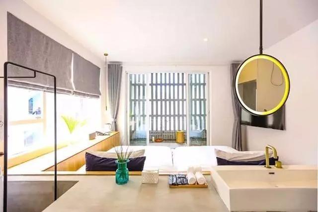 新的三亞「六甲.SIXX」民宿是以簡約的工業風設計,以淺色為主調,白色的牆身搭配淺灰色質感地面和素色的傢俱,讓空間顯得額外寬敞和透光;傢私材料來自三亞漁村,特有的木材和布料。