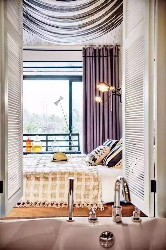西岸林舍民宿一些房間裝上紗幔,在夏天隔開猛烈陽光,可於朦朧中將戶外的風光景緻引入室內,無限親近大自然。