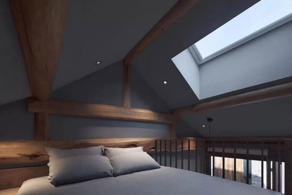 以實木製造木床,部分客房更設有天窗,觀賞星空。