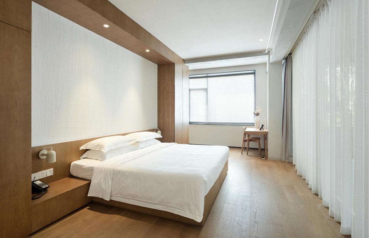 改動了傳統玻璃窗,將部分的室內位置打造成室外休閒空間,室外的新鮮的空氣流轉室內。房間以日式的實木質感為主,讓每位旅客感受簡約空間感。