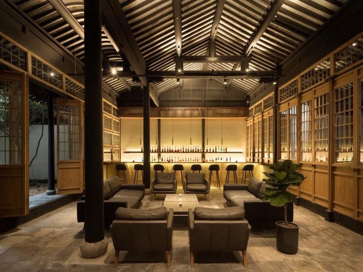 以古樸的中式木結構和現代風格打造開放式的酒吧,更可步出室外觀賞星空。