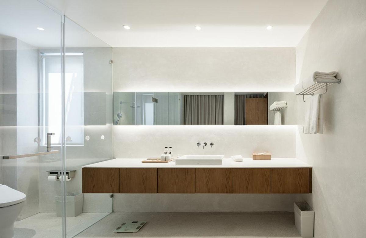 民宿設有公共泡池,讓溫熱的湯水消除疲勞。房間的洗手間,採用日式的淋浴、廁所分隔,十分清潔衛生。