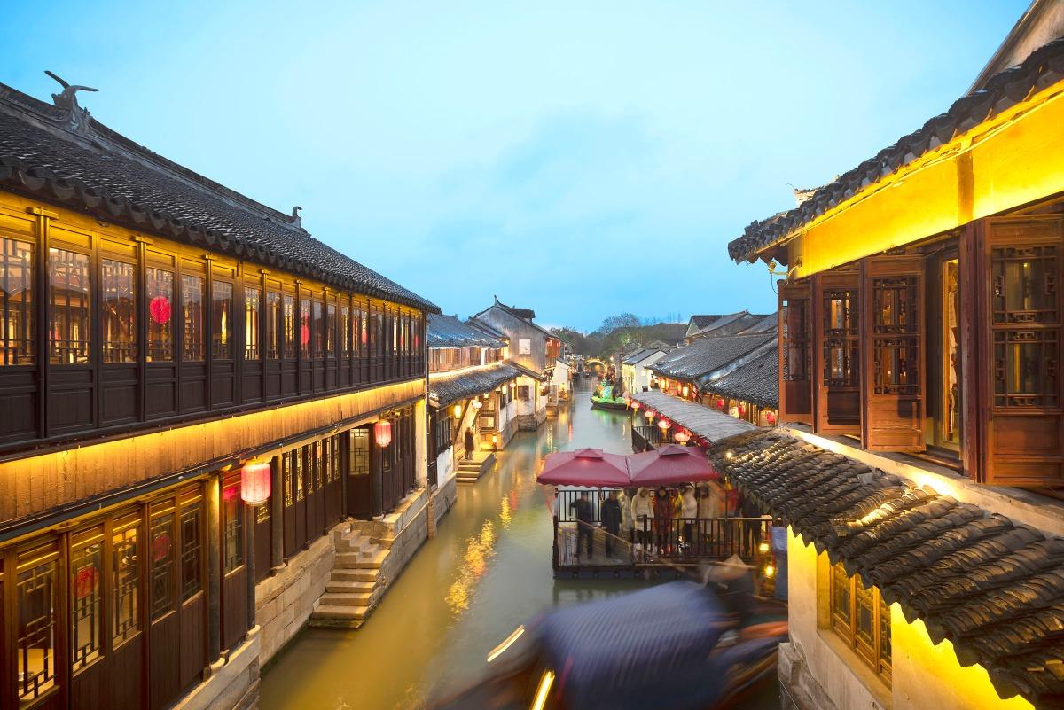 周莊古鎮位於蘇州邊緣的數千個湖泊之中,多數人家臨水而居,出入都是小船,您可以體驗中國古代文人騷客水邊樓台吟詩的風情!
